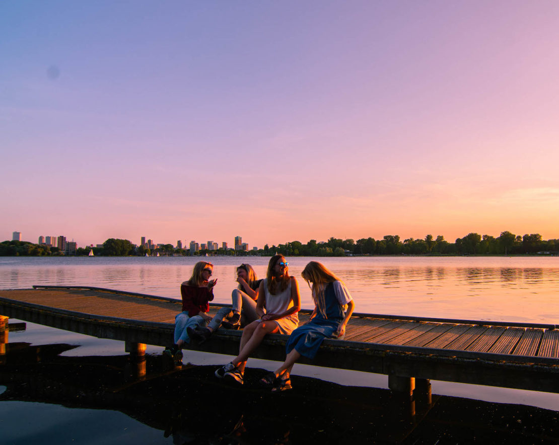 Ben je op zoek naar gratis activiteiten in Rotterdam? Gelukkig hoef je geen cent uit te geven om een leuke tijd te hebben in onze stad! In Rotterdam kun je zat leuks doen zonder iets uit te geven, zoals met je vrienden chillen bij de Kralingse Plas!