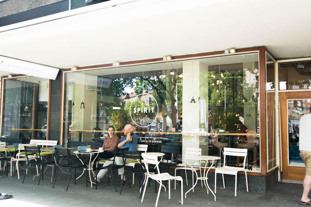 Spirit is een hartstikke leuke vegetarische hotspot in Rotterdam. Voor wie nog niet bekend is met dit restaurant; ga zeker snel langs! Bij Spirit hebben ze een buffet met keuze uit 50 verschillende gerechten voor ontbijt, lunch en diner, dranken en patisserie. Elke dag worden de gerechten vers klaargemaakt met biologische, vegetarische seizoensgebonden ingrediënten.