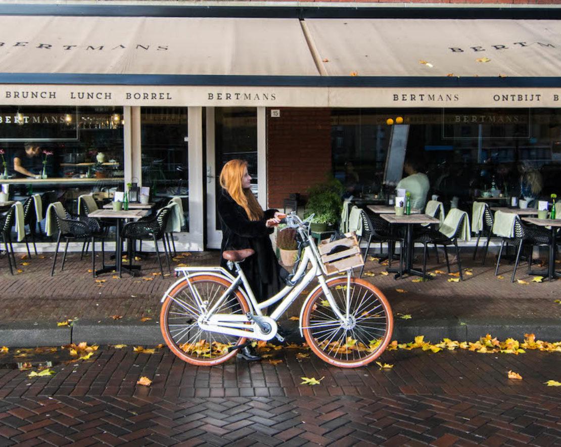 Rotterdammer Ruby met haar fiets voor Bertmans in Rotterdam Noord. Zij vertelt over haar favoriete plek in de stad.