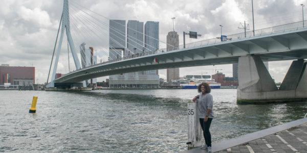 Mireille vertelt over haar favoriete plek in Rotterdam: de iconische Erasmusbrug! Zij was zelfs aanwezig bij de opening van de Erasmusbrug in 1996.