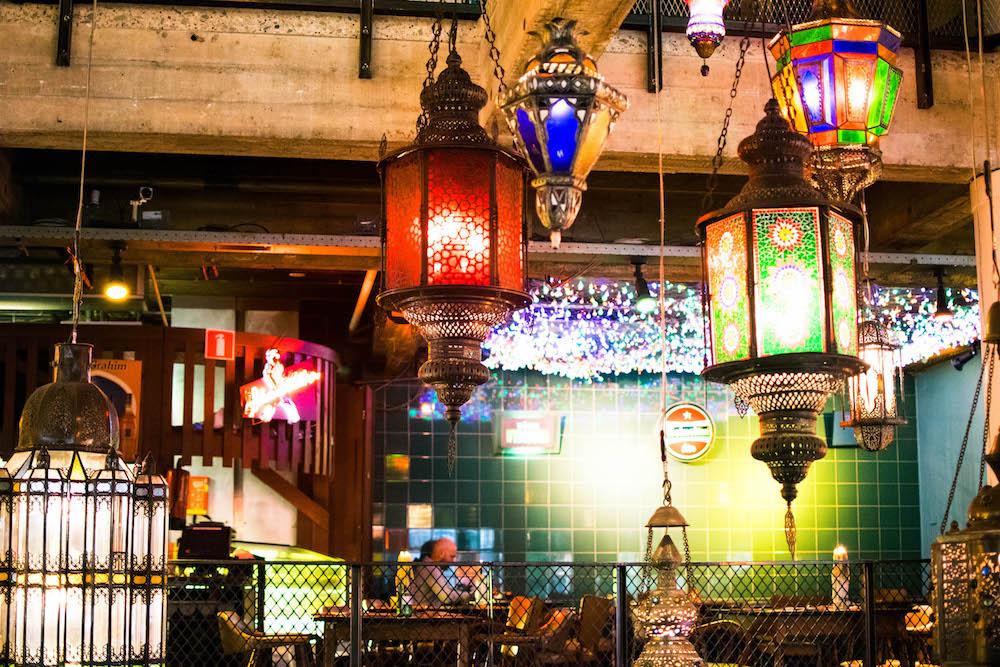 De Bazar aan de Witte de Withstraat is een waar begrip in Rotterdam en ideaal voor een avondje eten en kletsen met vrienden, familie of een date. De meeste gerechten zijn afkomstig uit het Midden-Oosten en Noord-Afrika en je hebt al een heerlijk voorgerecht rond de €5 en een hoofdgerecht rond de €9. Bazar is zeker een betaalbaar restaurant!