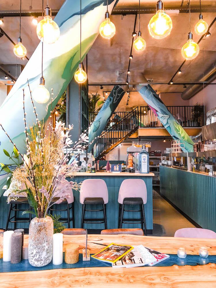 Het kleurrijke interieur van By Ami Rotterdam op Kop van Zuid!
