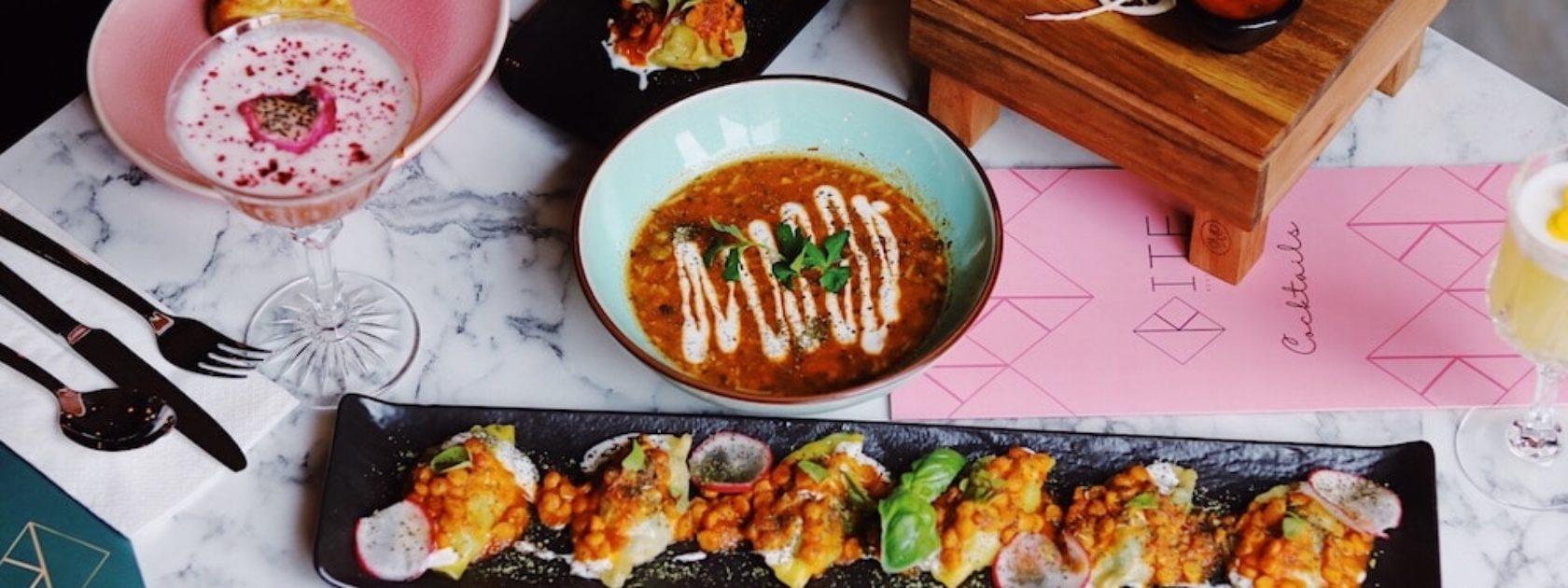 Rotterdam heeft veel Instagrammable hotspots in Rotterdam. Zo ook Kite! Kite is een Afghaans restaurant waar je kunt kiezen voor shared dining of een verrassingsmenu. Ze serveren traditionele Afghaanse gerechten met een moderne twist. Vegetarische opties zijn ook gewoon beschikbaar. Naast het lekkere eten biedt Kite ook verfrissende cocktails die er ook nog eens super mooi uitzien.