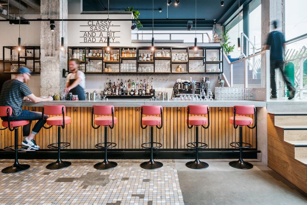 Restaurant The Commons brengt een diverse mix van mensen, eten en drinken bij elkaar. Op het seizoensgebonden menu staat voor ieder wat wils, van snack cravings, burgers en pizza, tot verse sappen en superfood salads. En ook nog eens voor hele betaalbare prijzen!