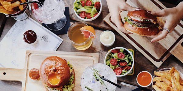 Op zoek naar de beste burger restaurants in Rotterdam? De Burger Club verdiend ook zeker een plekje in dit lijstje. In 2016 en 2017 kon je hier volgens de Metro de 'Beste Burger van Rotterdam' eten. Op het menu van de Burger Club vind je allerlei soorten hamburgers, zoals de Burger Club Special (winnaar Best Burger R'dam 2017), 4 kazen, Rossini Burger, Classic Burger, Juicy Jack en nog veel meer. Ze serveren ook de Dutch Weed Burger, die 100% plantaardig is.