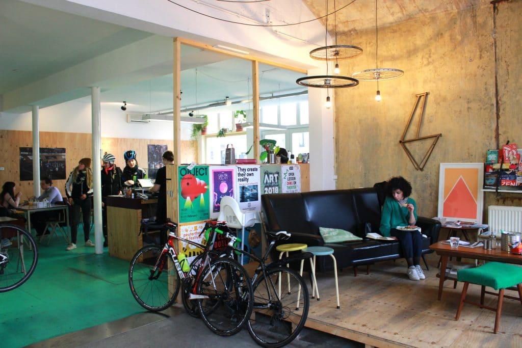 Een goede kop koffie en je fiets laten maken, dat kan bij COPPI! Heb je nou geen kapotte fiets? Geen zorgen, iedereen is welkom bij COPPI. Koffie maken ze hier met verse koffiebonen van Stielman Koffiebranders en Schot Koffie, uit Rotterdam.