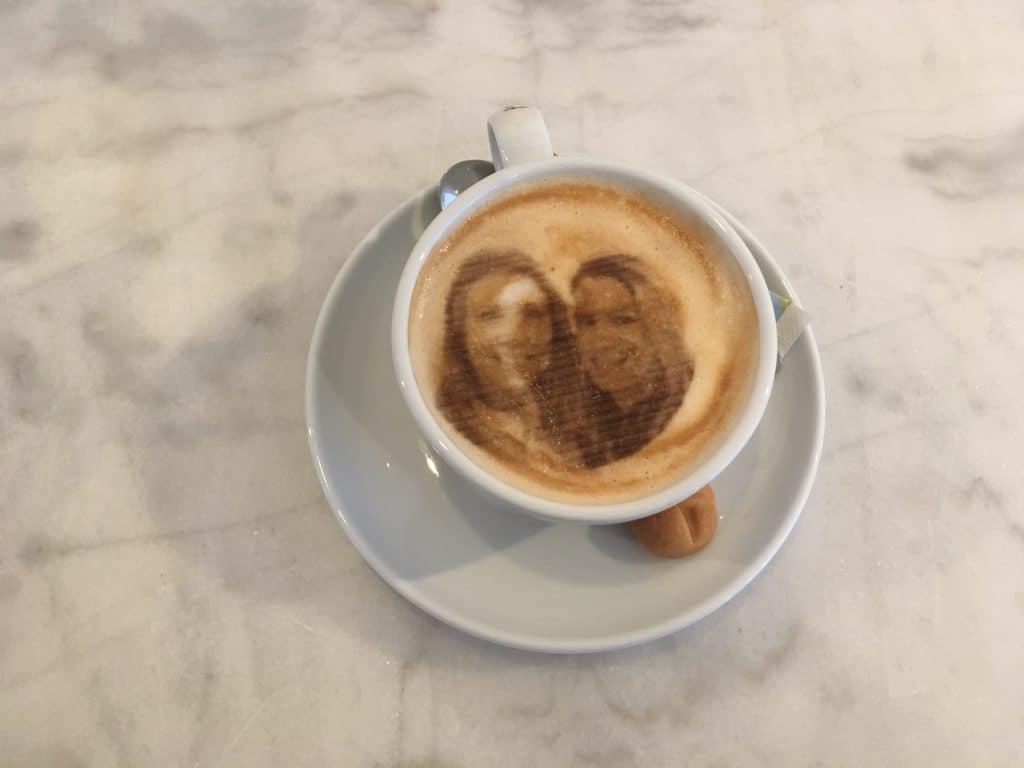 Bij Amada Coffee kun je jouw koffie drinken met een selfie van jezelf! Dit kan dankzij hun selfiecinomachine. Een unieke plek voor een kop koffie in Rotterdam!
