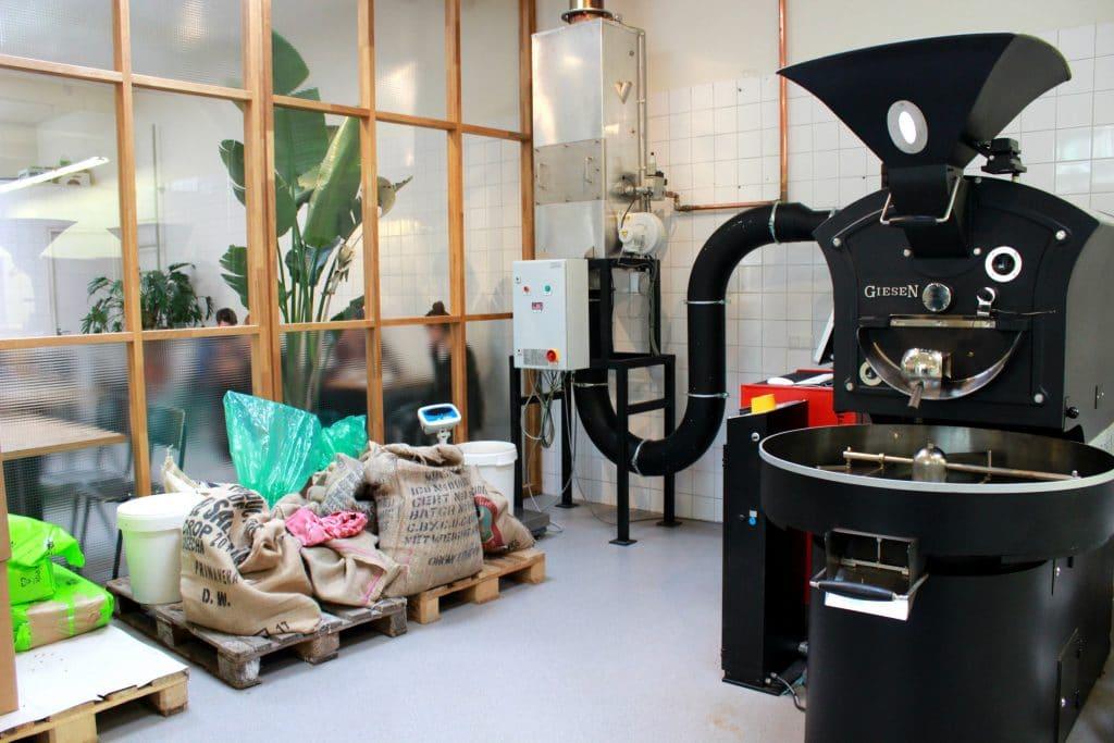 De koffieliefhebbers van Man Met Bril Koffie zijn erg gepassioneerd en nemen hun koffie serieus. Ze zijn goed opgeleid, gaan zelf naar de plantages, hebben contact met de boeren, branden de koffie en leveren het vervolgens allemaal zelf af.