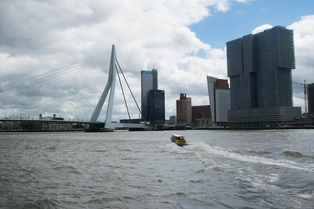 Het is een vorm van openbaar vervoer, maar dan honderd keer leuker! Ga met de watertaxi in Rotterdam! Boek een rit via de website of bestel een taxi per telefoon en laat je afzetten op een van de 50 steigerlocaties in de stad. Een leuke manier om Rotterdam vanaf het water te zien en ook nog eens een avontuur, want de watertaxi's kunnen aardig snel over de golven sjezen.