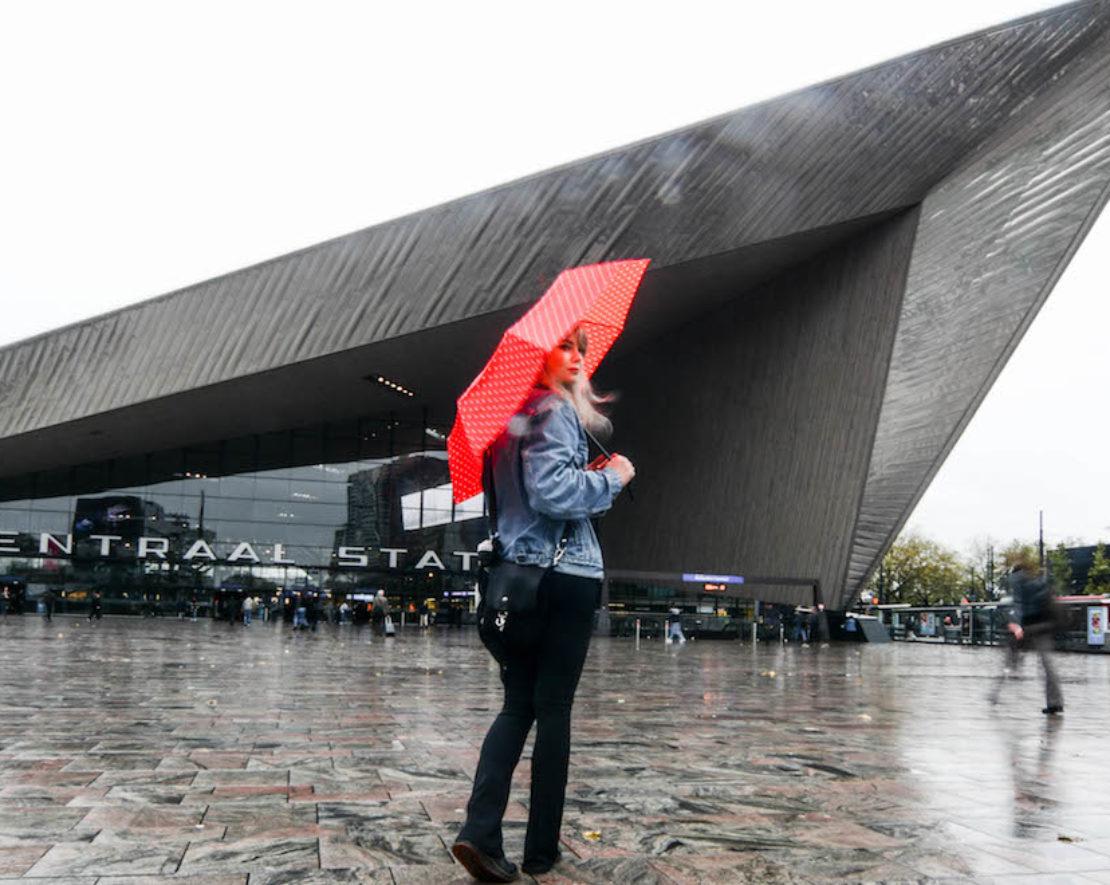 Op een regenachtige dag in Rotterdam zijn er nog genoeg leuke dingen die je kan uitvoeren. In deze post delen we leuke uitjes in Rotterdam tijdens een regenachtige dag
