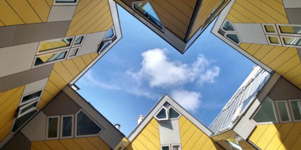 De bijzondere Kubuswoningen van Rotterdam. Voor een Rotterdammer zijn deze woningen ondertussen wel normaal, maar voor een toerist of expat is het een heel apart iets. Gelukkig kunnen mensen op bezoek gaan in de Kijk-Kubus om een kijkje te nemen hoe zo'n woning er van binnen uitziet!