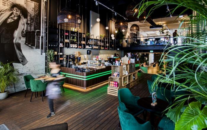 Bij Anne&Max in Rotterdam werken ze met verse, authentieke en gezonde producten. Je kunt dit leuke zaakje zeven dagen per week in Rotterdam bezoeken voor ontbijt, koffie, zelfgemaakte cake, een gezonde lunch, een heerlijke high tea en high wine.