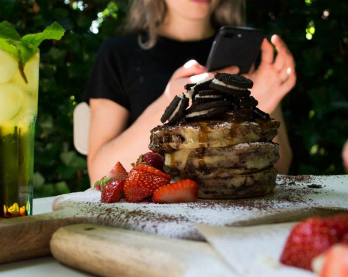 Ben je gek op fluffy pancakes? Dan moet je gauw een keer de heerlijke pannenkoeken bij Arzu gaan proberen! Ze hebben deze in alle soorten en maten, van hartig tot zoet, zoals de Oreo Pancakes!