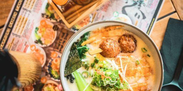 De ramen bij Sapporo worden vooral gemaakt met kippenbouillon en op het menu staan meer dan twaalf soorten ramen. En er zijn ook twee vegetarische opties, namelijk de Spicy Veggie Ramen en de Veggie Miso Ramen.