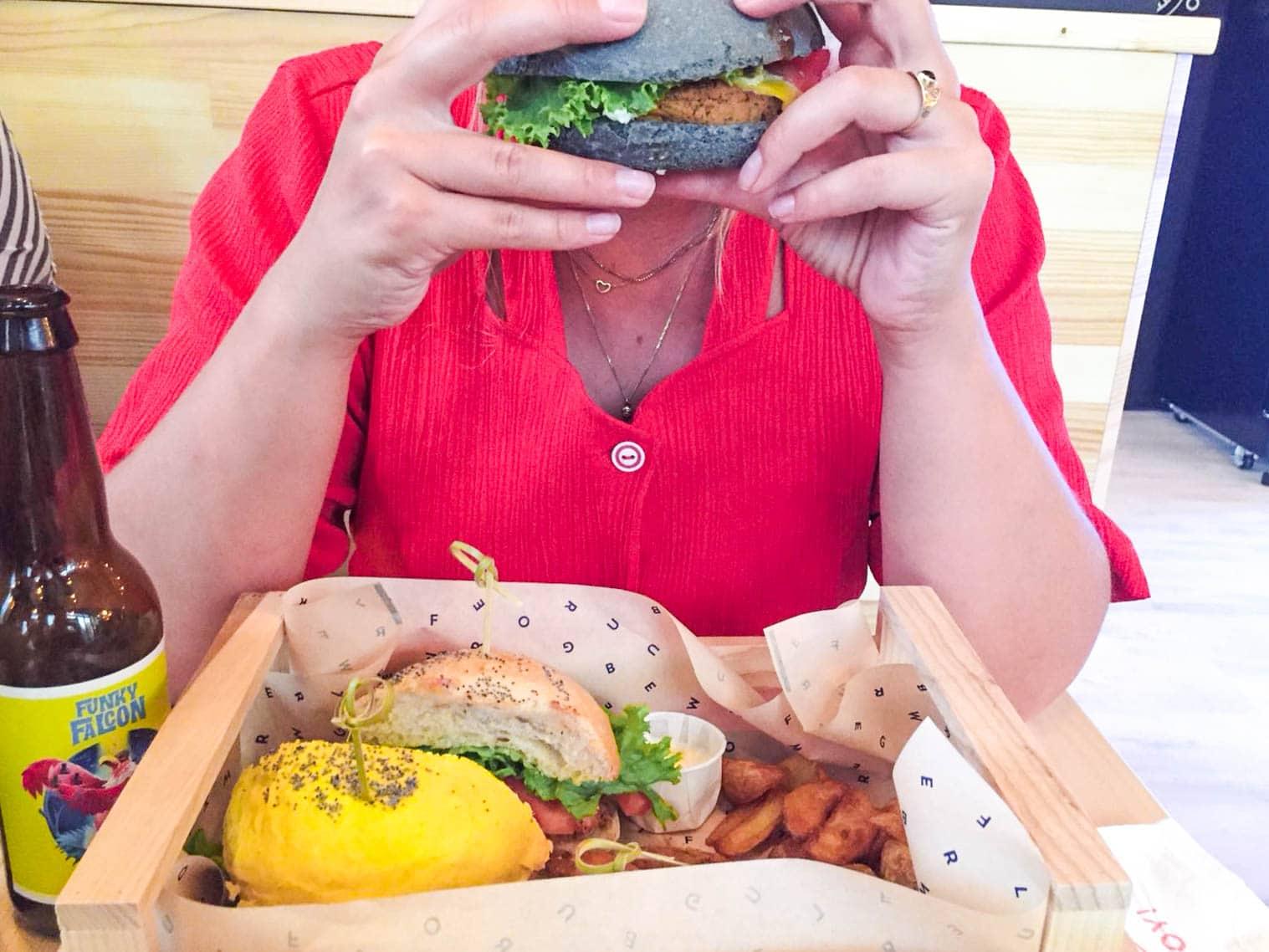 Bij Flower Burger in Rotterdam kun je kleurrijke vegan burgers bestellen. Alle burgers hebben een andere basis, zoals kikkererwten of bonen in combinatie met een huisgemaakt sausje op een vrolijk, kleurrijk broodje. Zelfs de mayonaise is hier 100% veganistisch!