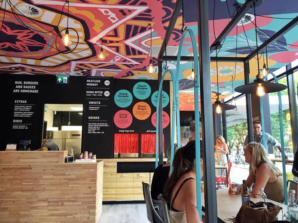 Ze zijn vegan én hebben alle kleuren van de regenboog! Lees mee over onze ervaring bij Flower Burger in Rotterdam