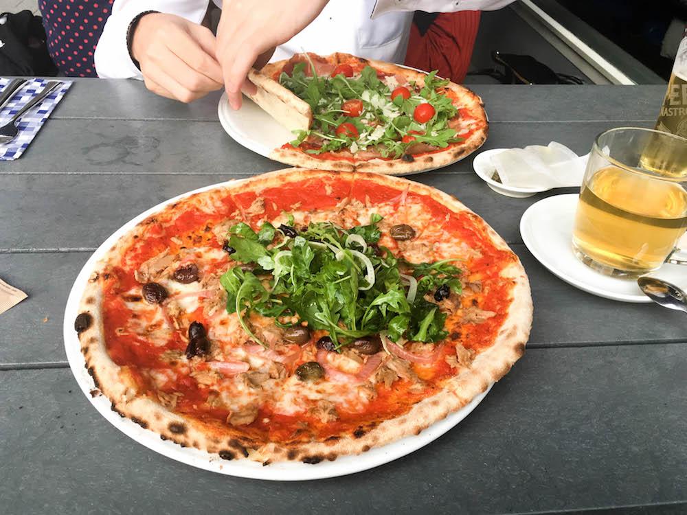 De naam zegt natuurlijk al genoeg, maar bij de Pizzabakkers kun je heerlijke pizza's bestellen. Je hebt hier al een pizza Margherita voor €7,95. Is dat te simpel voor jou? De rijkelijk belegde Campagnola pizza kost maar €11,75; nog steeds betaalbaar!