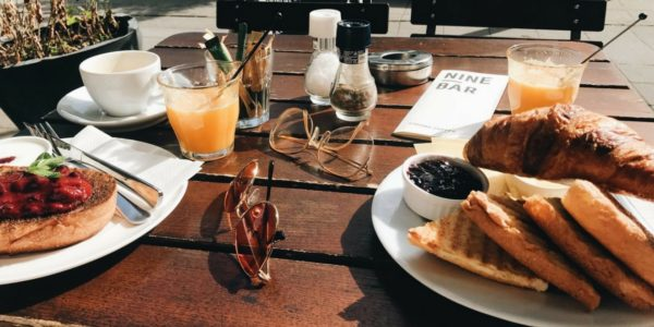 Nine Bar biedt een verscheidenheid aan eten en drinken, zoals zelfgemaakte smoothies, een continentaal ontbijt, avocado-toast, een BGLT-sandwich en gebak. Omdat één van mijn favoriete ontbijt opties een continentaal ontbijt is, was mijn keuze gemakkelijk gemaakt. Voor degenen die niet weten: een continentaal ontbijt is een licht ontbijt in tegenstelling tot bijvoorbeeld een Engels ontbijt.
