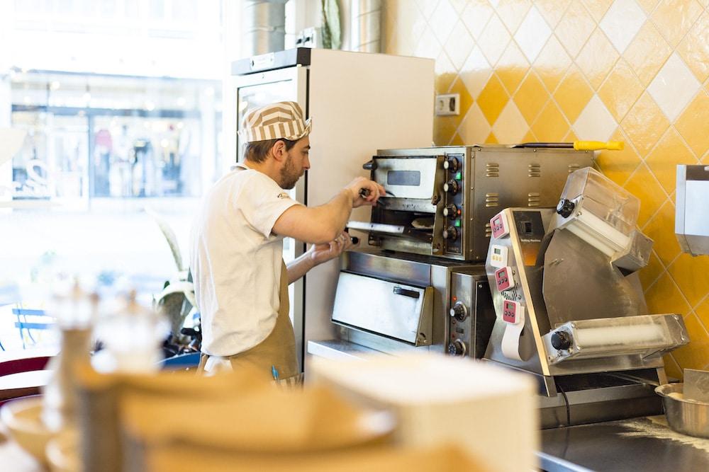 Bij Panzero in Rotterdam willen ze dat je ontdekt dat er meer is aan Italiaans eten dan alleen maar pizza en pasta. Hun specialiteit is de heerlijke Panzerotto: een gefrituurde calzone met een vulling gemaakt van verse Italiaanse ingrediënten. Heerlijk en ideaal voor bijvoorbeeld een stevige lunch!