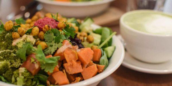 SLA is een biologische saladebar waar je seizoensgebonden salades, sappen en soepen kunt krijgen. Heel veel groen, super gezond dus. En lekker!