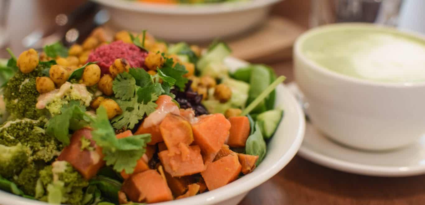 De naam SLA zegt natuurlijk al genoeg! Hier kun je allerlei gezonde salades krijgen; de lekkerste combinaties van ingrediënten worden overgoten met de lekkerste dressings. Naast verschillende salades serveert SLA soepen, gezonde sappen en zoetigheden. Hartstikke fijn als je op de gezonde toer bent en op zoek bent naar een voedzame lunch in Rotterdam!