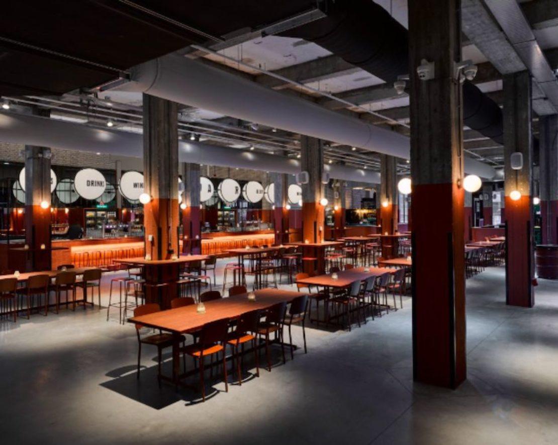 Het beste uit Rotterdam qua eten, heel veel eten, en drinken! Twaalf lokale restaurants uit Rotterdam hebben hun plek bij de Foodhallen geclaimd om het beste uit onze stad te serveren. Naast lokaal eten is er ook een centrale bar die Rotterdamse drankjes serveert, zoals Kaapse Brouwers en Bobby's Gin uit Schiedam. Ben je een beetje te vroeg voor sterke drank? Haal een bakkie pleur in de koffiecorner. Je kunt trouwens zelfs verblijven in het designhotel Room Mate Bruno, dat zich ook in het monumentale Pakhuismeesteren-gebouw bevindt.