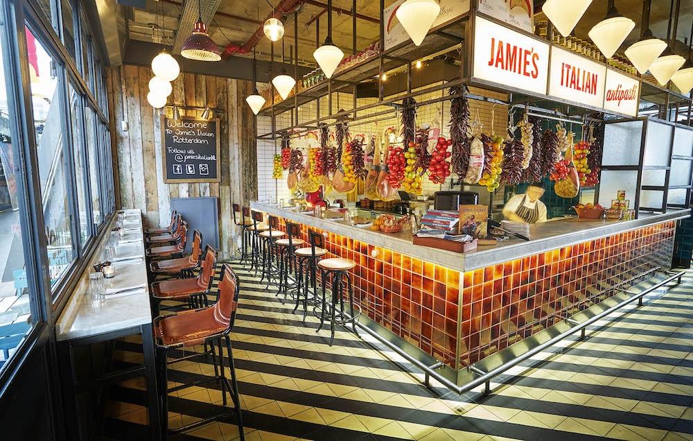De Jamie's Italian zit in de Markthal, lekker in het centrum dus! Ze serveren hier lekkere antipasta, pasta en hoofdgerechten. Een leuk en betaalbaar restaurant met genoeg keus!