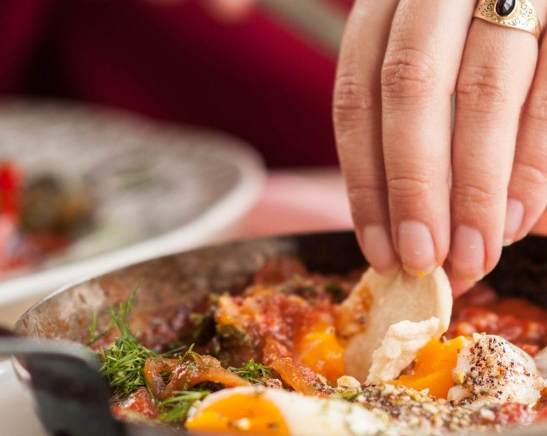 De keuken bij WES in Rotterdam is Joods-Perzisch en dus weer eens wat anders dan je dagelijkse lunchtentje. Ik moet waarschijnlijk ook geen lunchtent zeggen want het is een plek waar je de hele dag terecht kan. Bestel bijvoorbeeld de overheerlijke Shakshuka. Voor degene die dit nog nooit geprobeerd hebben: doen! Het is een pittige, kruidige tomatensaus met gepocheerde eitjes waarin je een lekker broodje kan dippen.