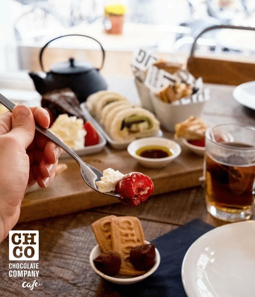 Bij de High Choc van CHCO Café Rotterdam krijg je natuurlijk ook overheerlijke chocolademelk, met of zonder slagroom, en een chocoladefondue om je aardbeien en koekjes in te dopen.