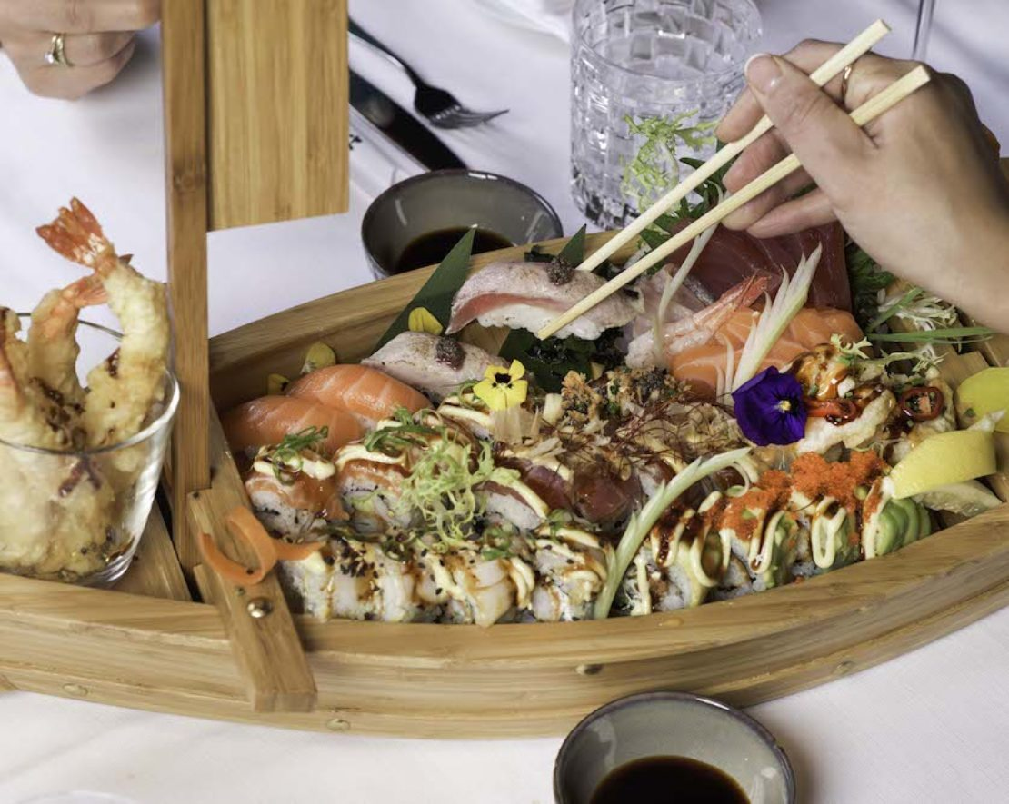 Ben je op zoek naar een leuk visrestaurant in Rotterdam? Breng dan eens een bezoekje aan MOOD. Eveline Wu heeft restaurant Las Palmas overgenomen van de befaamde Rotterdamse kok Herman den Blijker en veranderde het in één van de beste sushi- en sashimi-plekken in de stad. Bestel bijvoorbeeld deze heerlijke sushi boot, vol met heerlijks.