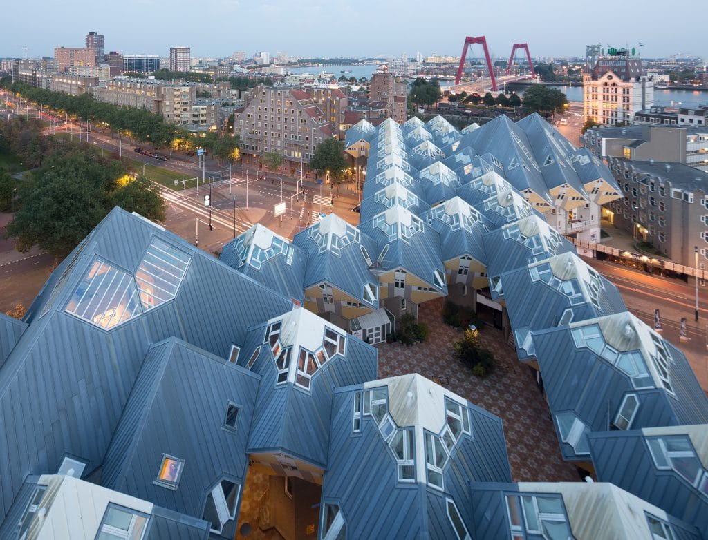 Rotterdam is de ideale plek voor een stedentrip. Het is rijk aan architectuur, historie, kunst en heel veel leuke hotspots. Maar hoe maak je jouw weekend nou ?xtra bijzonder? Hieronder delen wij de meest bijzondere hotels in Rotterdam om te overnachten.