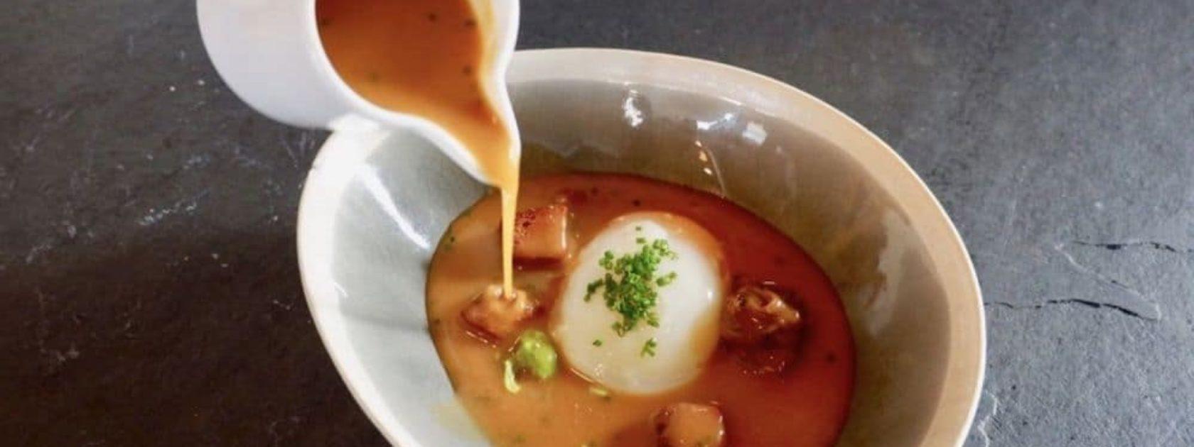 Bij Euskadi bezoek je authentiek Baskenland! Probeer zeker de Sopa de Ajo, een verrassend lekkere knoflook soep met een zachtgekookt ei, pittige croutons en champignons. Het is ook een stukje beleving, want de ingrediënten liggen al op je diepe bord en hierover giet de ober de bouillon.