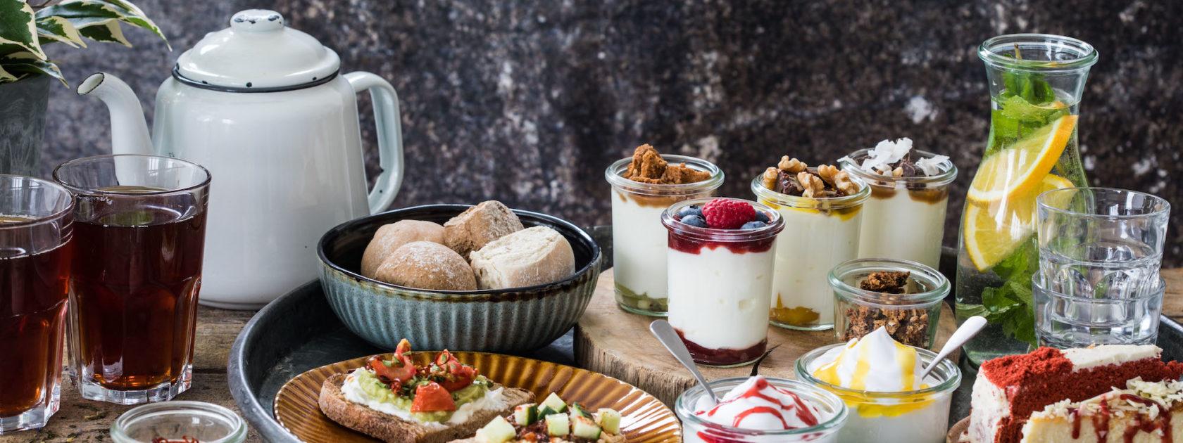 Heb jij de high tea bij Yoghurt Barn al geprobeerd? Hier krijg je niet alleen liters thee, maar ook hun lekkerste specials.
