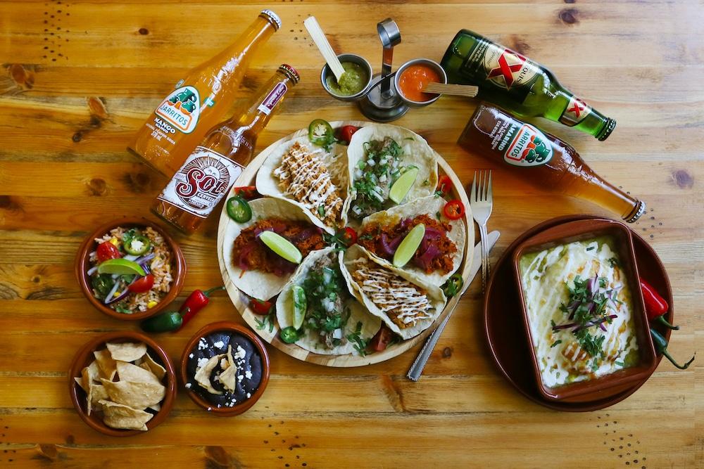 Voor een lekkere Mexicaanse hap moet je bij KUA zijn, waar ze authentieke en vooral heerlijke Mexicaanse gerechten serveren. Denk aan taco's, enhiladas, antojitos en... tequila! Ook het interieur is volledig volgens Mexicaanse sferen en daarom een super leuke plek voor een avondje met vrienden of familie.