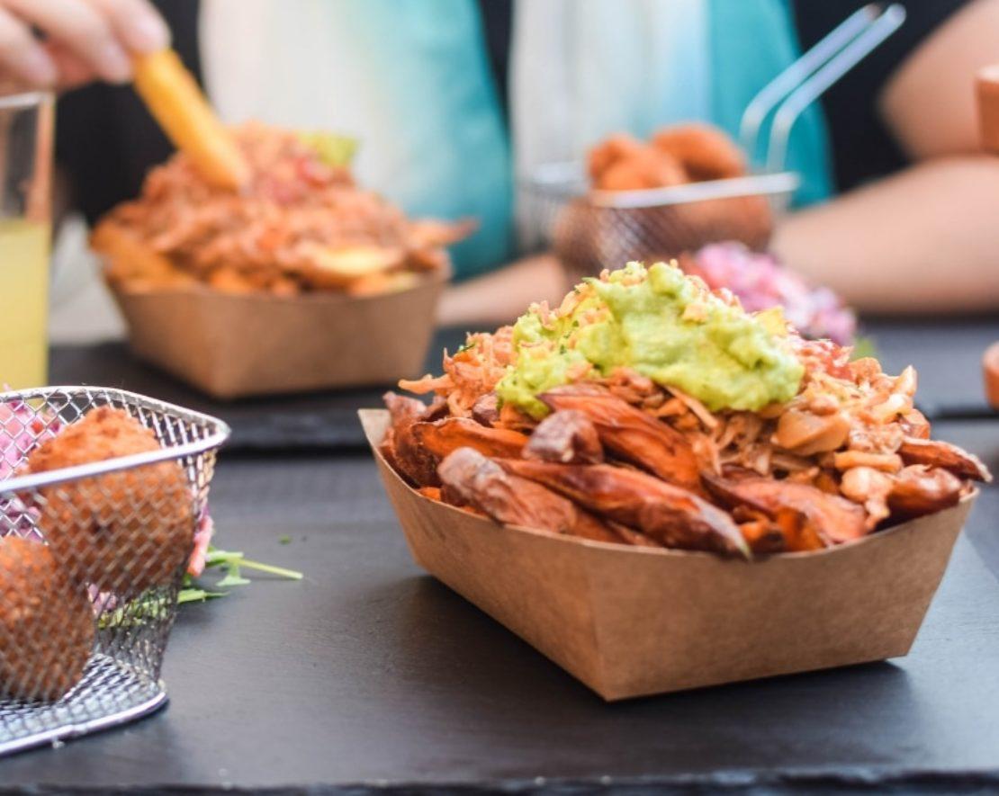 Heerlijk snacken, dat doe je bij een van deze luxe snackbars in Rotterdam! Zo kun je bij de PatatbakkerT heerlijke Rotterzwamballen en friet in alle soorten en maten bestellen!