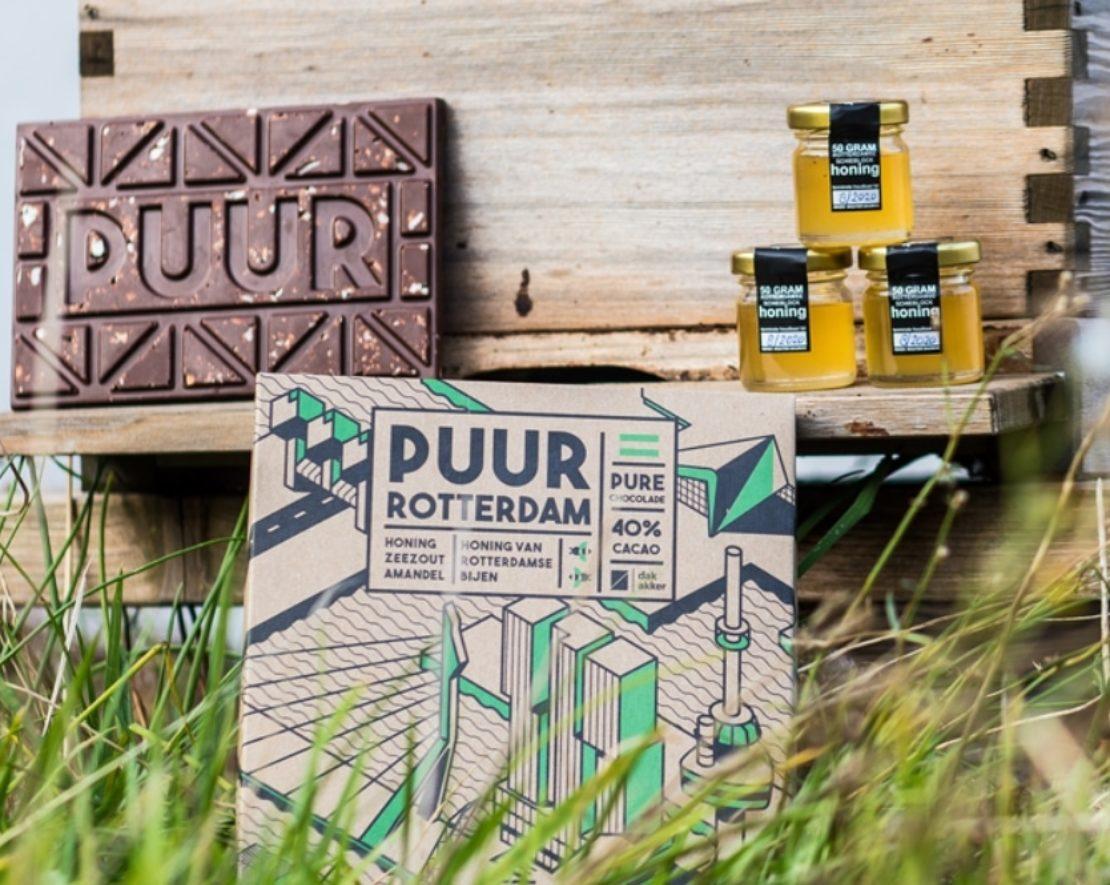 PUUR is de enige échte chocoladereep van Rotterdamse bodem en ontwikkeld door de DakAkker (een stadsboerderij) op het dak van het Schieblock. Met een mix van melk en pure chocolade en gekarameliseerde honing van Rotterdamse bijen, fudge, amandel stukjes en zeezout is het zeker een echte traktatie! Bekijk in dit artikel nog meer Rotterdamse lekkernijen