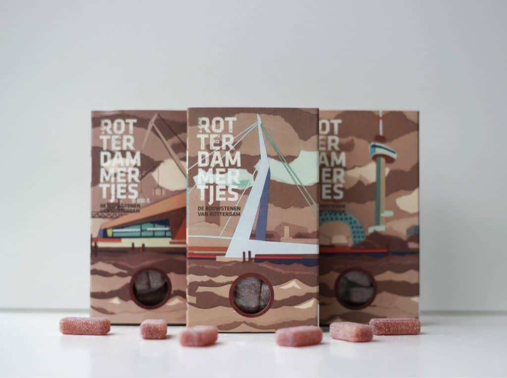 Ben jij op zoek naar echte Rotterdamse producten die je lekker kan opsmikkelen? Of ben je op zoek naar het perfecte cadeau voor jouw Rotterdamse vader, moeder, broer, vriendin, leraar of collega? In deze handige lijst delen wij het antwoord met 5 ?cht Rotterdamse?lekkernijen. Leuk om te geven, voor jezelf te kopen of om te krijgen! Van Rotterdamse snoepjes, chocola en koekjes tot echte kaas uit 010. Heb je al een beetje trek gekregen? ;)