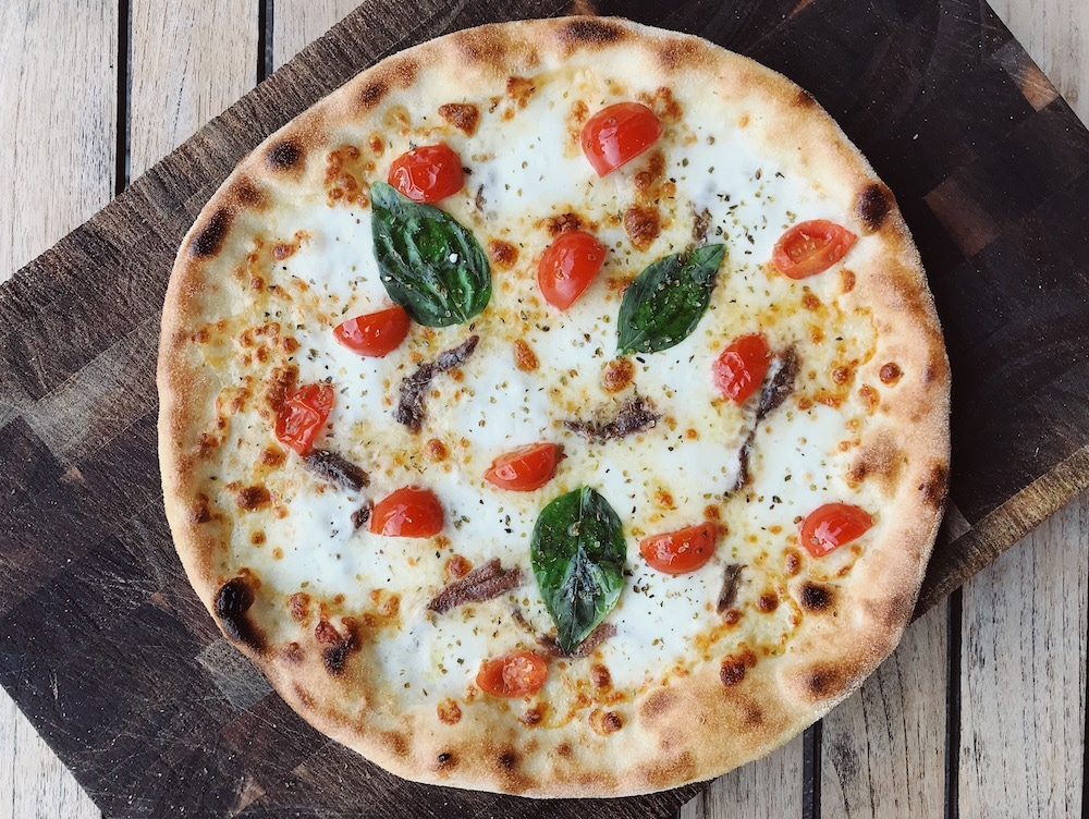 Bij Gusto proberen ze met zoveel mogelijk biologische producten te werken en bereiden ze hun pizza's met verse ingrediënten. Op het menu vind je naast pizza's ook pasta's, antipasti en heel veel verschillende soorten mozzarella! Ook is er gedacht aan vegetarische opties en hebben ze glutenvrij brood en pasta.
