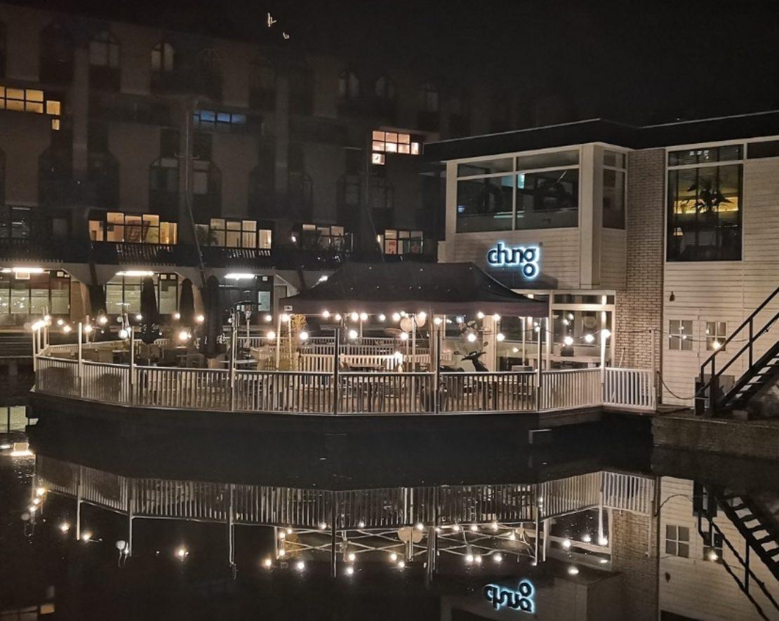 Al acht jaar lang staat restaurant Chung op zijn eigen kleine eiland in het centrum van de stad, op slechts een steenworp afstand van de Meent en het Stadhuis. Het restaurant wordt gerund door chef-kok Chung Wai Liu - een geboren en getogen Rotterdammer van Aziatische afkomst.