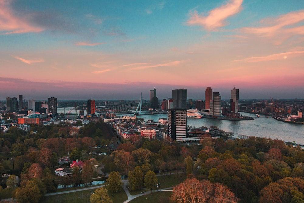 Een bekende bezienswaardigheid in Rotterdam is natuurlijk de Euromast. Vanuit de Euromast heb je een prachtig uitzicht over Rotterdam. Zo zie je hier meerdere iconische gebouwen en plekken, zoals de Erasmusbrug, Het Park en Kop van Zuid.