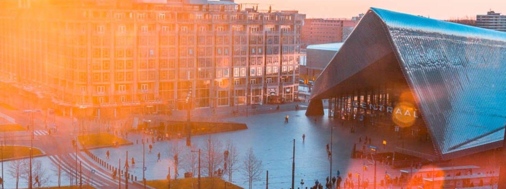 Ben je op zoek naar een plek om de zonsondergang in Rotterdam te bekijken? Station Rotterdam Centraal is niet de eerste plek waar je aan denkt bij een zonsondergang, maar het is zeker niet de minste plek! Rennende mensen, rijdende trams en drukke wegen. Je staat middenin de stad waar het puntige Centraal Station (a.k.a kapsalon) en moderne wolkenkrabbers uittorenen. Wanneer het gouden licht breekt door de wolken, maken de lichtstralen een prachtig licht- en schaduwspel dankzij de gebouwen.