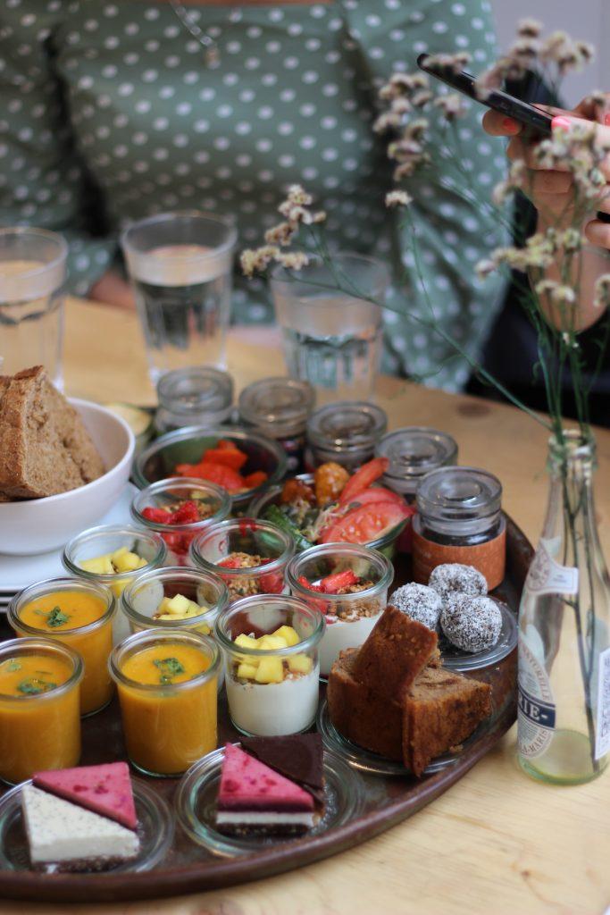 Geniet van de heerlijke vegan high tea bij Tea Lab, vol met plantaardige zoetigheden en liters thee!