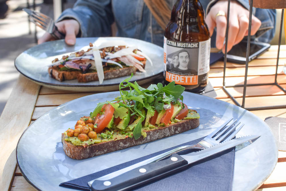 30ml Coffee Roasters is de perfecteall day breakfast plek in Rotterdam. Naast ontbijt klassiekers zoals de Eggs Benedict, croissants, of American pancakes, hebben ze hier ook lekkere gerechten voor de lunch. Een aanrader voor als je op zoek bent naar een goede lunch plek in Rotterdam!