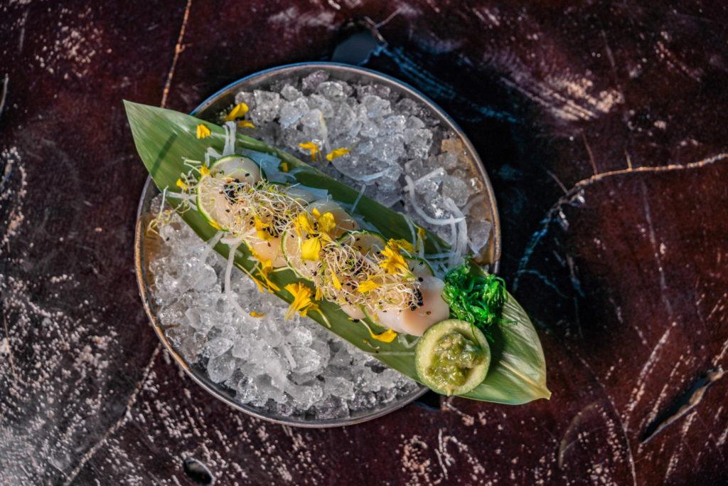 Eigenlijk kennen wij maar weinig mensen die niet van sushi houden. Deze Japanse specialiteit is de laatste jaren enorm in populariteit gegroeid en ondertussen zit onze stad - gelukkig - vol met sushi restaurants. Zoals bijvoorbeeld Aqua Asia Club!