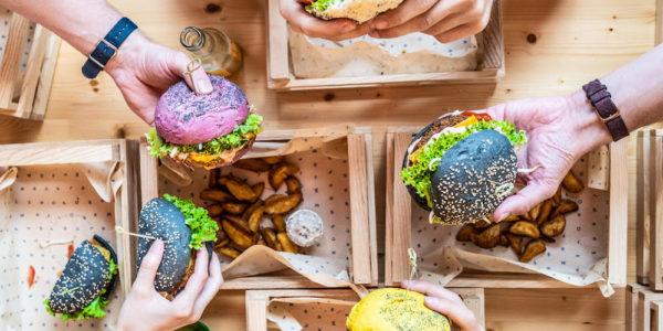 Heb je het al gehoord? Flower Burger is geopend in Rotterdam! Onze blogger Julia den Outer ging langs om ze te proeven. Het zijn hele kleurrijke, vegan burgers, een soort fast food concept maar dan eentje waar je je niet schuldig over hoeft te voelen.