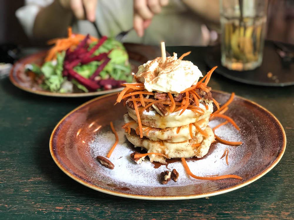 Bij Arzu serveren ze echt de lekkerste pannenkoeken van Rotterdam, zoals deze carrot cake pancakes. Ze hebben nog veel meer smaken om te proberen, van zoet tot hartig!