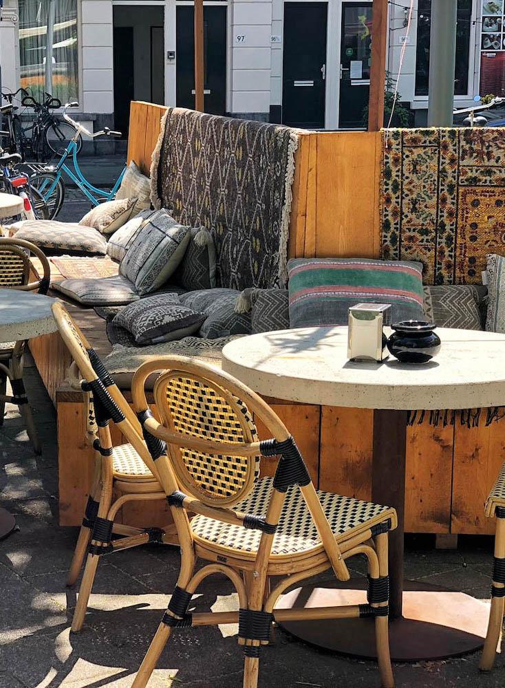 Bij Ayla kun je heerlijk op een gezellige Mediterrane terras zitten!