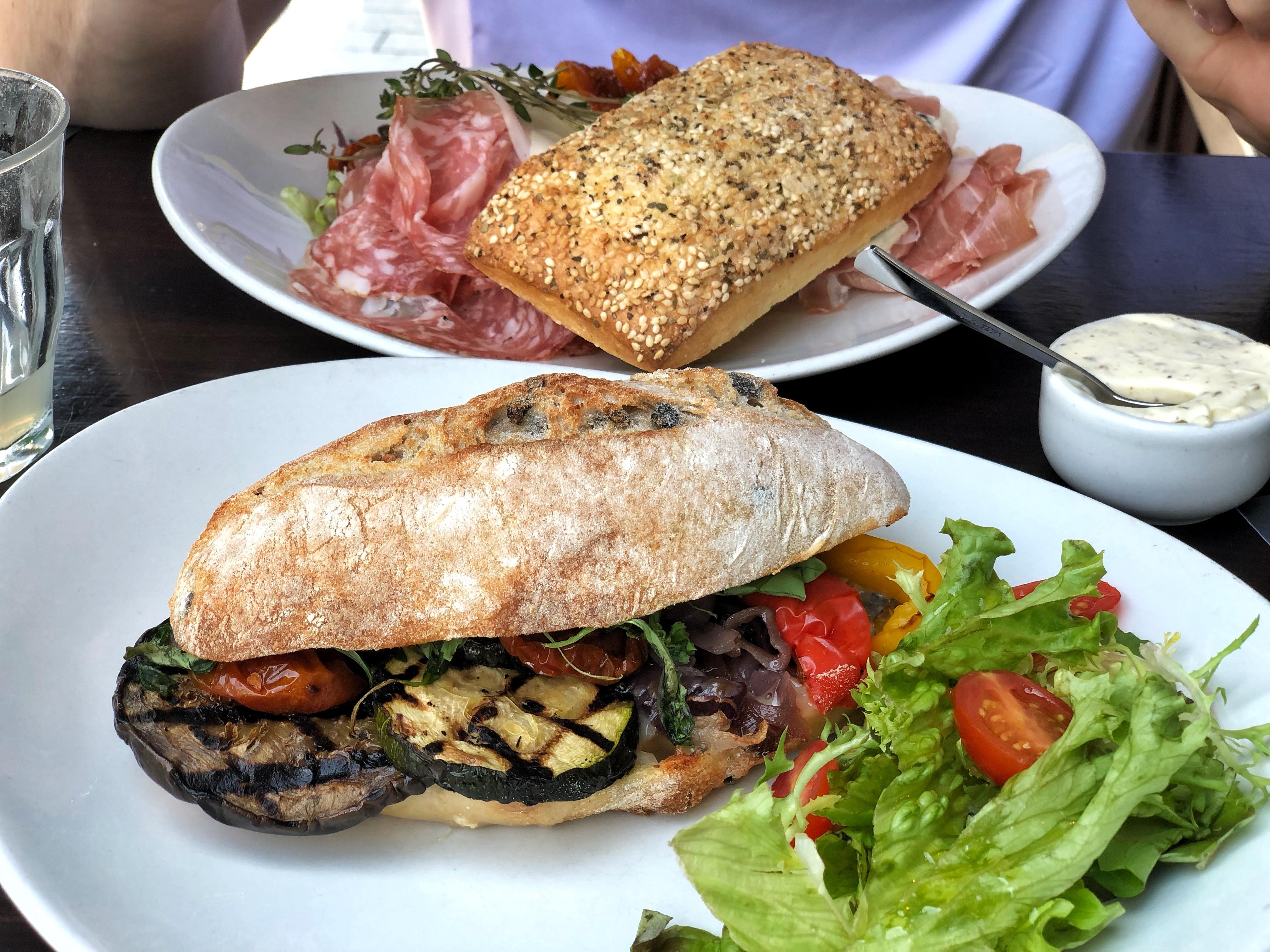 Bij Guliano's kun je de lekkerste Italiaanse broodjes bestellen! Zoals bijvoorbeeld de vegetariana met gorgonzola, gegrilde groente, gekonfijte rode ui, zongedroogde tomaatjes en pesto-mayonaise. Ideaal voor een vullende lunch!