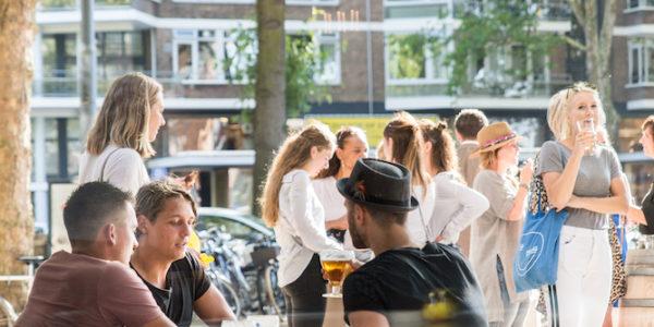 Met een top locatie, uitgebreid terras en grote bar, is de Gele Kanarie de go-to plek voor menig Rotterdammer