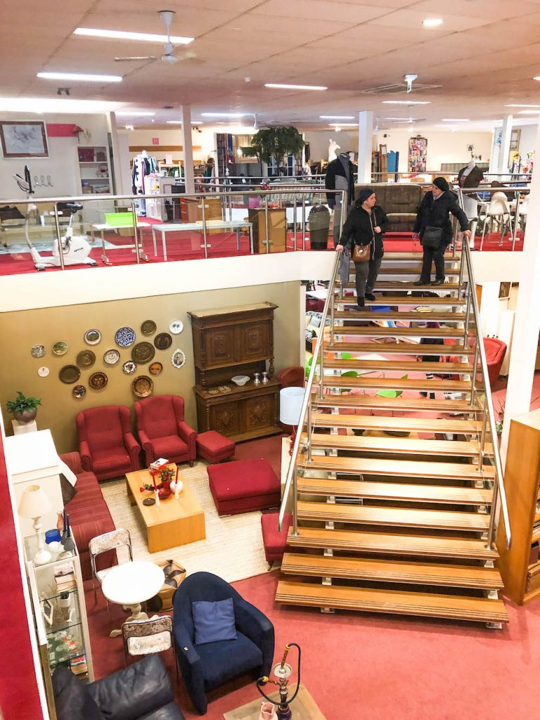 Kringloopwinkel Goed voor Elkaar XL is handig en mooi ingericht. Alle tweedehands meubels en curiosa zijn gebruikt om knusse hoekjes te creëren, waardoor het ook een stuk makkelijker is om te zien wat de potentie is van de spullen.
